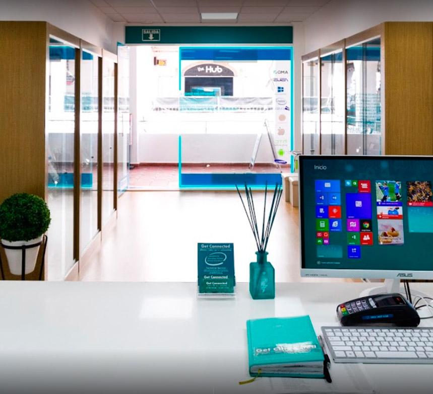 Interior y mostrador de nuestra tienda de informática Get Connected en Villamartin