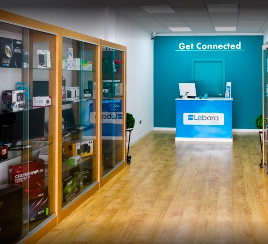 Interior tienda de informática Get Connected con suelo de madera
