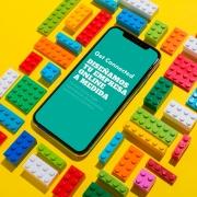 iphone con piezas de lego con fondo amarillo